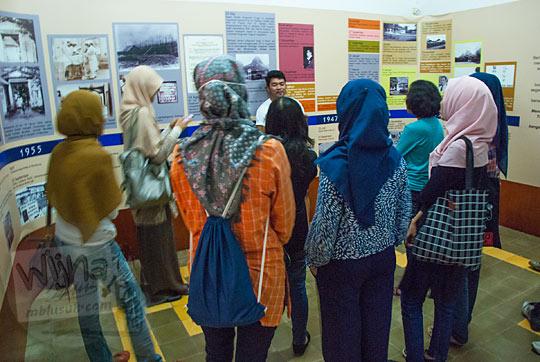 mahasiswi cewek jogja berjilbab berkerumun di dalam Museum Universitas Gadjah Mada mendengarkan sejarah berdirinya UGM