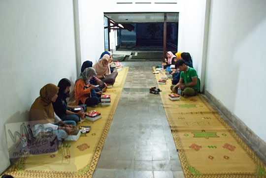 peserta kegiatan Ngabuburit di Museum dan anggota Komunitas Malam Museum berbuka puasa bersama di selasar halaman belakang Museum Universitas Gadjah Mada Yogyakarta