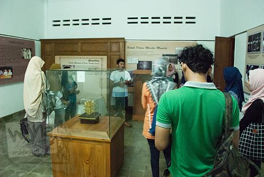 ruangan utama tempat menyimpan koleksi penemuan inovasi warga akademik ugm di rumah D-7 Museum Universitas Gadjah Mada Yogyakarta