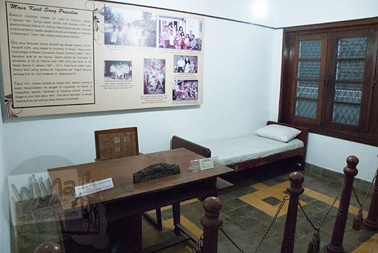 bekas kamar tidur Prof Iman Soetiknjo dan ranjang kasur tua yang dulu pernah dipakai tidur Barrack Obama saat kecil di Museum Universitas Gadjah Mada Yogyakarta