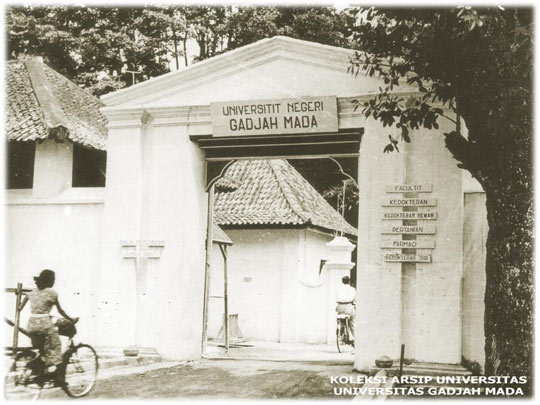 foto tua jadul zaman dulu saat kampus Universitas Gadjah Mada masih terletak bertempat berlokasi di lingkungan Keraton Yogyakarta