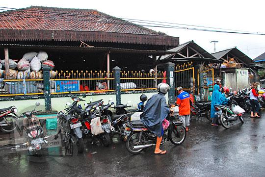pemandangan pasar gede legi kotagede saat hujan