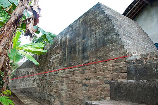 perbedaan batu bata sisa tembok keraton kotagede dengan batu bata modern