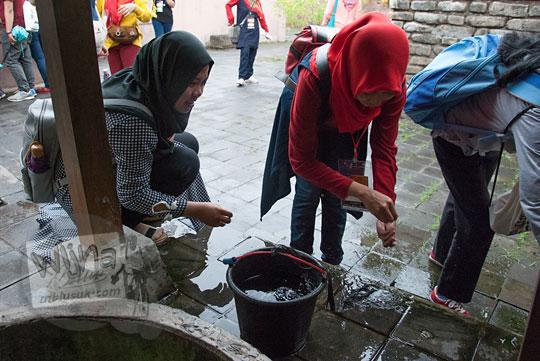 cewek jilbab cantik minum air sumur kalijaga sendang kakung kotagede