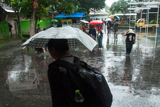 cewek cantik hujan hujanan kebasahan pakai payung kotagede
