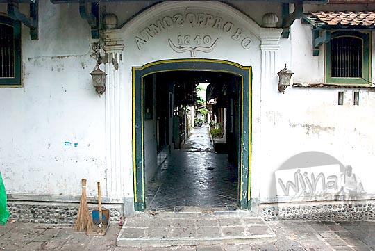 gerbang atmosoeprobo between two gates 1840 di kampung alun alun kotagede