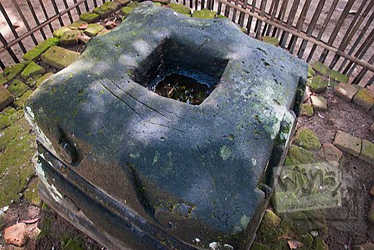 bentuk umpak keramat siti hinggil keraton kerto dilihat dari sisi atas
