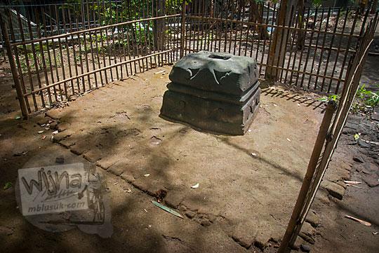 pagar bambu yang membatasi area gaib keramat salah satu umpak siti hinggil keraton kerto di pleret
