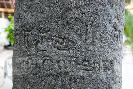 penjelasan isi dari prasasti lingga patok berhuruf jawa kuno yang terdapat di halaman utara masjid taqorrub kanggotan pleret yogyakarta tentang penetapan tanah sima oleh rakaryan bhre wwhe karena ada bangunan candi sebelum akhirnya dirubuhkan oleh sultan agung untuk dibangun masjid keraton