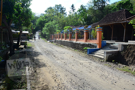 deretan rumah-rumah warga di sepanjang jalan alternatif yang menghubungkan desa pucungsari di imogiri bantul yogyakarta