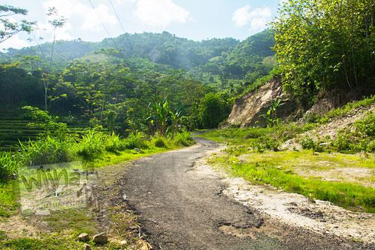 wujud jalan desa tanjakan yang rusak di wilayah dusun pucungsari wukirsari imogiri bantul yogyakarta