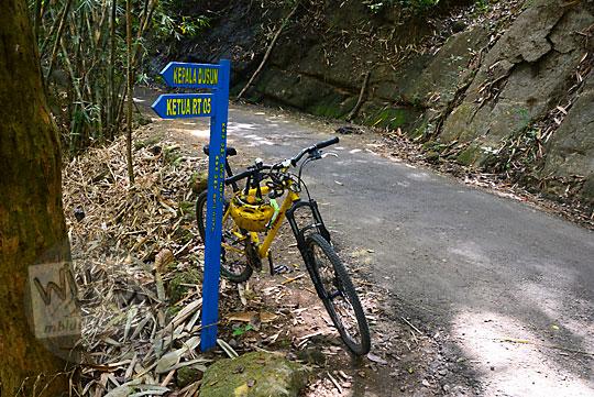 suasana jalan desa sepi berwujud tanjakan di pinggir tebing yang masuk wilayah desa ngliseng dlingo bantul yogyakarta