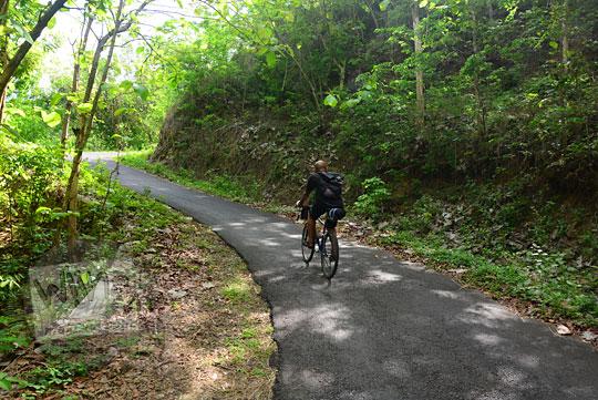 cerita pengalaman bersepeda menyusuri jalan tanjakan di desa pucungsari yang tembus ke ngliseng dlingo bantul yogyakarta