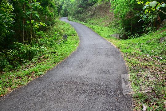 wujud ruas jalan tanjakan paling curam yang menghubungkan desa pucungsari wukirsari imogiri dengan ngliseng dlingo bantul yogyakarta