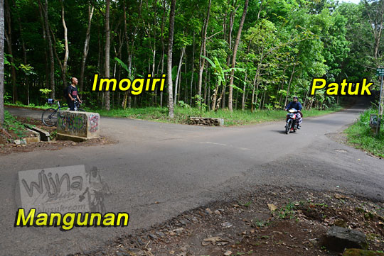 petunjuk arah di perempatan ngliseng arah ke hutan pinus mangunan atau puncak becici atau pintu langit mbah dagromo di kawasan dlingo mangunan bantul yogyakarta