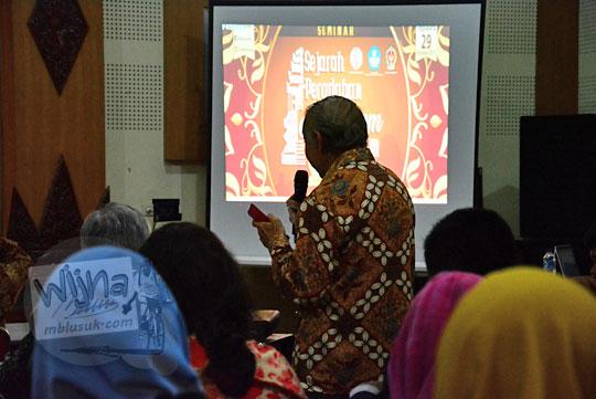 seorang bapak penanya pada seminar sejarah peradaban mataram islam