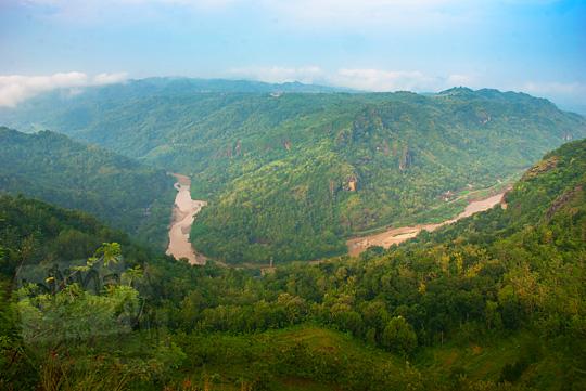 pemandangan indah lembah sungai kali oya dari ketinggian dilihat dari pinggir tebing Jurang Tembelan Kanigoro Mangunan Dlingo Yogyakarta