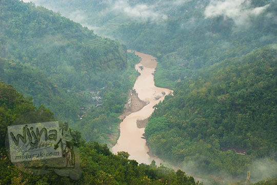 pemandangan indah sungai kali oya dekat pemukiman warga dari ketinggian pinggir tebing obyek wisata Jurang Tembelan Kanigoro Mangunan Dlingo Yogyakarta