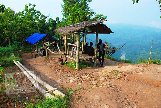 gubuk kayu Jurang Tembelan Kanigoro Mangunan Dlingo Yogyakarta digunakan pasangan muda-mudi cowok cewek untuk pacaran