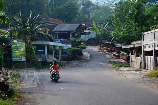 cabang jalan dasar tanjakan petir jalan alternatif penghubung srimartani piyungan dengan ngoro-oro patuk Yogyakarta