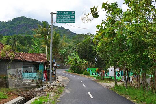 papan petunjuk arah di perempatan jalan desa ngoro-oro gunungkidul yogyakarta menuju jembatan lemah abang, jurug gedhe, dan gunung api purba nglanggeran
