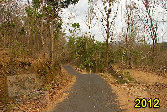 suasana wujud jalan desa yang menghubungkan desa ngoro-oro patuk gunungkidul dengan dusun Lemah Abang Gayamharjo Prambanan Yogyakarta pada zaman dulu tahun 2012