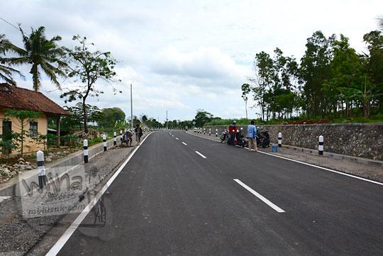 suasana wujud jalan desa yang menghubungkan desa ngoro-oro patuk gunungkidul dengan dusun Lemah Abang Gayamharjo Prambanan Yogyakarta setelah dilakukan renovasi pelebaran perbaikan tahun 2017