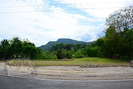 pemandangan persawahan dan ladang warga yang terletak di pinggir ruas jalan alternatif baru yang menghubungkan desa ngoro-oro patuk gunungkidul dengan desa lemah abang gayamharjo prambanan sleman