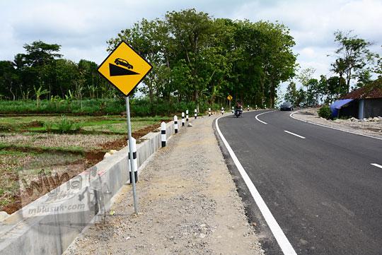 rambu kuning peringatan jalan menurun yang terdapat di ruas jalan alternatif desa ngoro-oro patuk gunungkidul dengan dusun Lemah Abang Gayamharjo Prambanan Yogyakarta