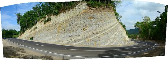 foto panorama tebing karst tinggi berwarna putih di ruas jalan Lemah Abang Gayamharjo Prambanan Yogyakarta