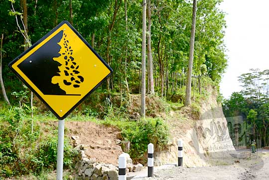 rambu kuning peringatan tebing rawan longsor yang terdapat di ruas jalan alternatif desa ngoro-oro patuk gunungkidul dengan dusun Lemah Abang Gayamharjo Prambanan Yogyakarta