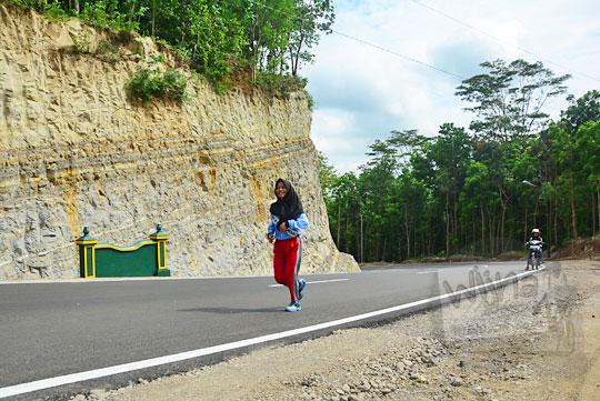 cerita safira seorang cewek hijaber seksi siswi smk gedangsari berolahraga lari di ruas jalan baru yang menghubungkan desa ngoro-oro dengan dusun Lemah Abang Gayamharjo Prambanan Yogyakarta