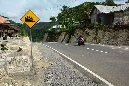 rambu kuning peringatan jalan menurun yang terdapat di ruas jalan alternatif desa ngoro-oro patuk gunungkidul dengan dusun Lemah Abang prambanan sleman yang posisinya mendekati jembatan baru