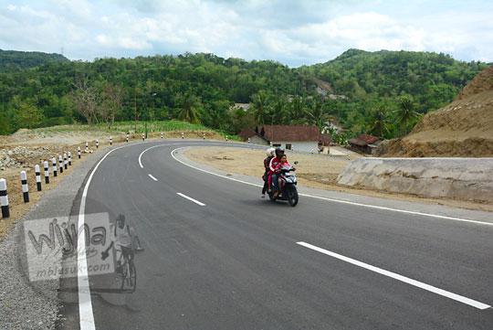 jalan menurun yang menukik dan berliku di ruas jalan alternatif desa ngoro-oro patuk dengan Lemah Abang Gayamharjo Prambanan Yogyakarta sebelum jembatan