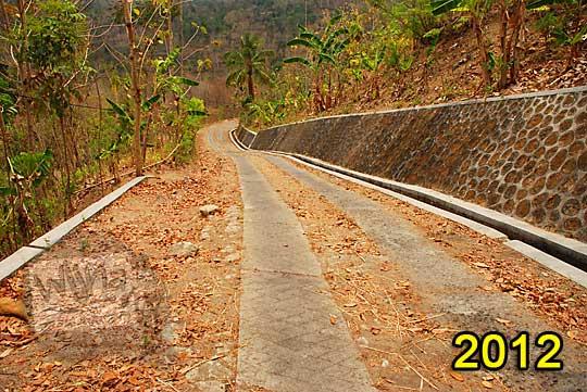 pemandangan suasana jalan desa turunan terjal menuju ke jembatan gantung lemah abang gayamharjo prambanan dari arah gapura dusun gembyong desa ngoro-oro patuk pada zaman dulu tahun 2012