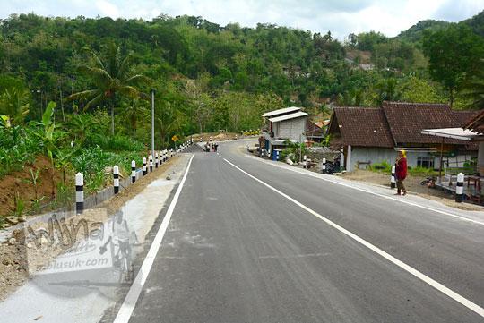 pemandangan suasana jalan desa turunan terjal menuju ke jembatan gantung lemah abang gayamharjo prambanan dari arah gapura dusun gembyong desa ngoro-oro patuk pada saat ini setelah adanya proyek perbaikan pelebaran jalan tahun 2017