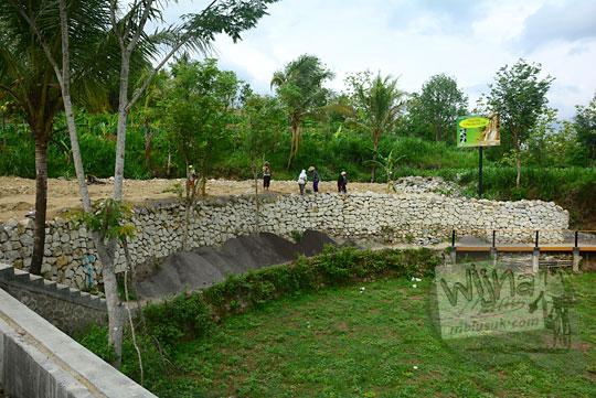 foto aktivitas warga desa gembyong dan lemah abang bergotong-royong membangun memperbaiki sarana wisata objek wisata jurug gedhe