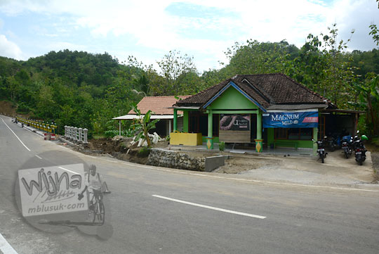 warung kelontong unik yang menjual beragam sajian makanan dari singkong seperti tape dan gaplek di pinggir jalan sebelum jembatan lemah abang gayamharjo prambanan