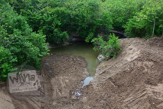 pemandangan danau curug air terjun kecil yang kering di bawah jembatan lemah abang di desa gayamharjo prambanan sleman yogyakarta