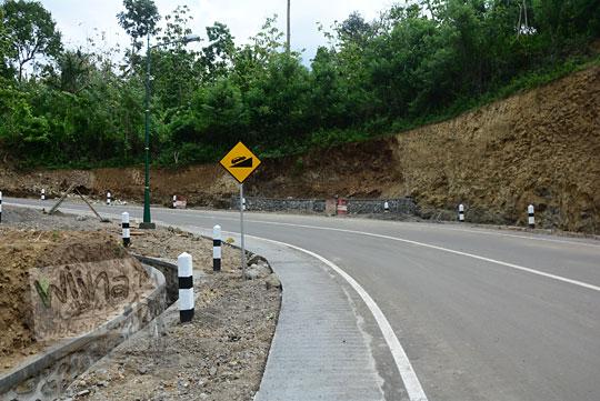 rambu kuning peringatan jalan menanjak setelah menyebrangi jembatan Lemah Abang Gayamharjo Prambanan Yogyakarta