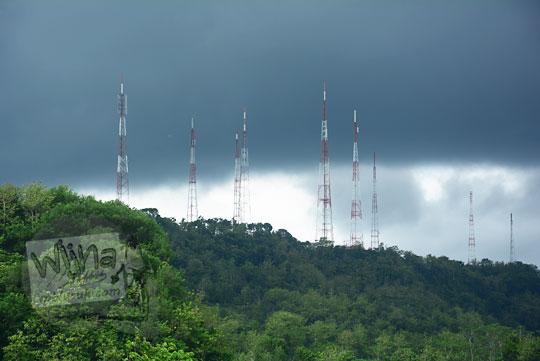pemandangan puncak bukit gunungkidul dengan awan mendung hitam pekat dan tiang-tiang pemancar televisi desa ngoro-oro patuk gunungkidul