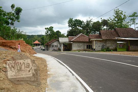 suasana pemandangan rumah-rumah di dusun Lemah Abang Gayamharjo Prambanan Yogyakarta yang letaknya dipelosok perbukitan karst dekat wilayah Gunungkidul