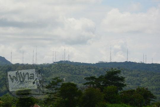 pemandangan puncak bukit gunungkidul dengan awan mendung cerah dan tiang-tiang pemancar televisi desa ngoro-oro patuk gunungkidul