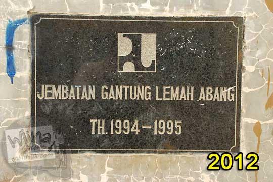 plakat prasasti peresmian jembatan gantung Lemah Abang Gayamharjo Prambanan Yogyakarta pada tahun 1995