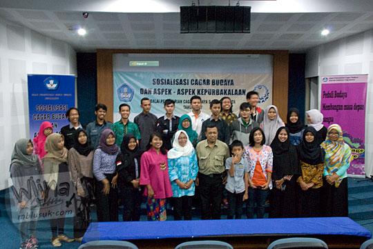 Foto bersama peserta, panitia, dan narasumber Sosialisasi Cagar Budaya dan Aspek Kepurbakalaan di UNY