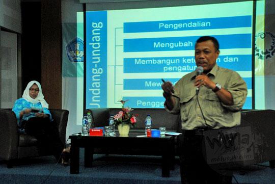 Presentasi BPCB Yogyakarta oleh arkeolog Eko Hadiyanto di acara Sosialisasi Cagar Budaya dan Aspek Kepurbakalaan di UNY