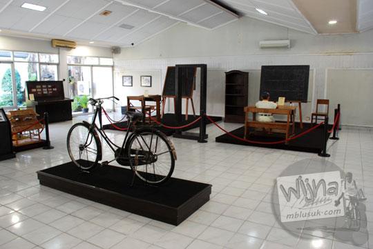 ruangan pamer koleksi lantai 1 museum pendidikan indonesia di UNY