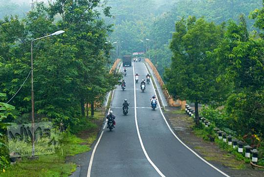 suasana jembatan kali progo di jalan godean yogyakarta pada pagi hari