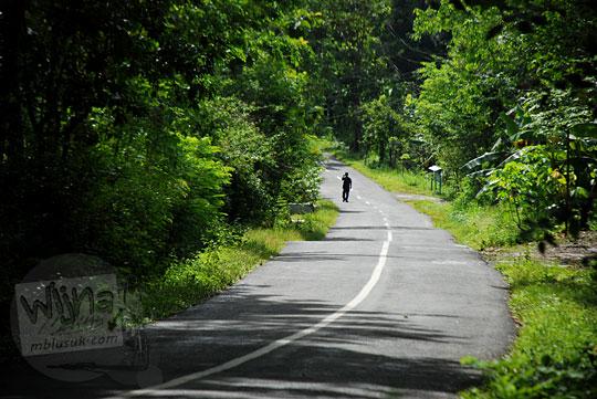 suasana jalan gua kiskendo di girimulyo kulon progo sepi pada siang hari