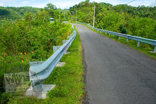 jalan menuju pos pengamatan tompak view di girimulyo kulon progo